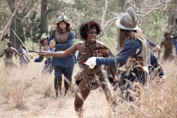 Njinga engageant les Portugais à courte distance avec une arme blanche dans Njinga, Rainha de Angola