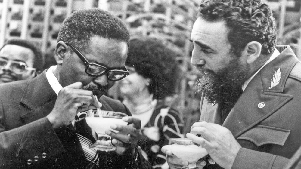 Le Premier ministre cubain Fidel Castro, à droite, montre au Président du Movimento Popular de Libertacao de Angola, Agostinho Neto comment boire un daikiri en 1976