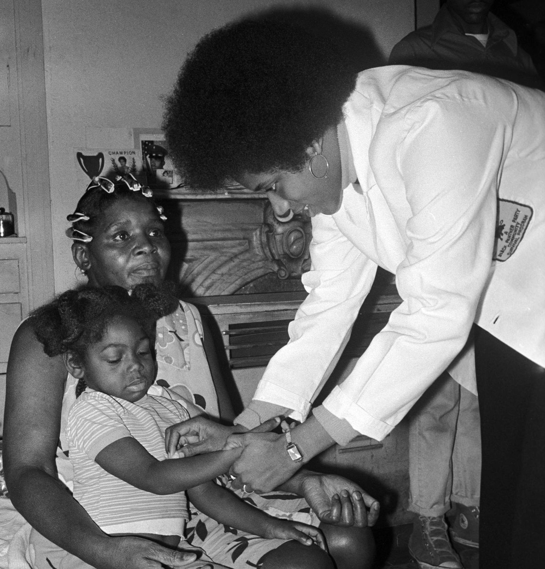 Norma Armor, membre du Black Panther Health Framework, s'occupe d'une jeune fille à Oakland durant la campagne municipale de Bobby Seale. Crédit: Stephen Shames / Polaris
