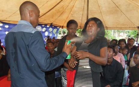 Un pasteur prétend guérir cancer et SIDA avec de l'insecticide