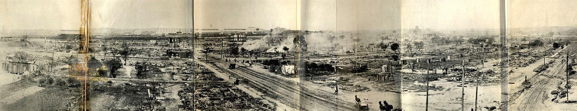 """Voici une prise de vue témoignant de l'étendue des dégâts causés par les """"Émeutes raciales de Tulsa"""". La route qui traverse le centre de l'image est l'avenue Greenwood, le cœur de Black Wall Street."""
