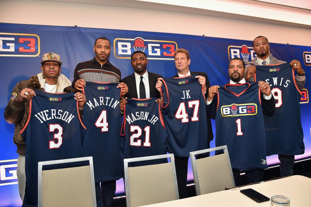 De Gauche à droite: Allen Iverson, Kenyon Martin; Roger Mason Jr., Jeff Kwatinetz, Ice Cube et Rashard Lewis