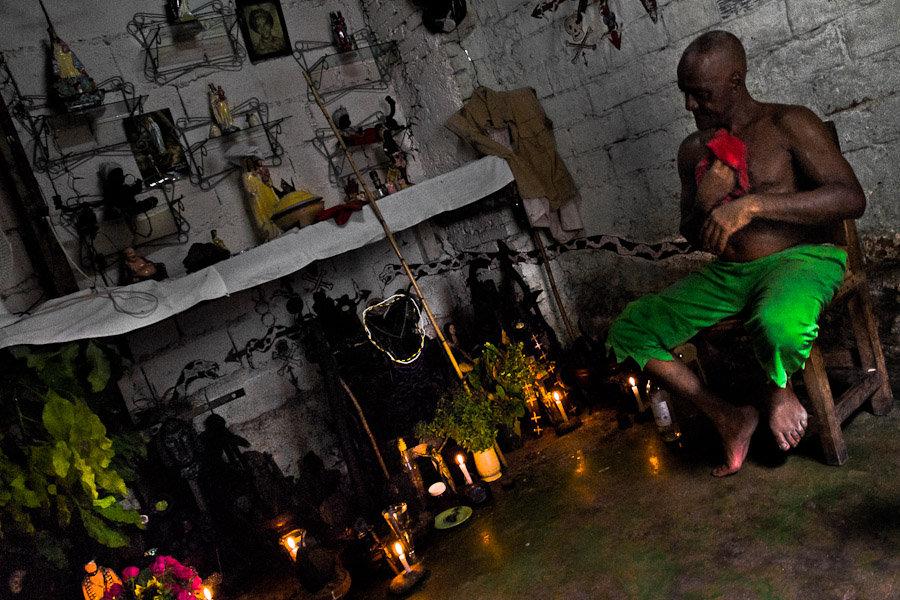 Prêtre cubain de la religion Palo préparant une cérémonie.