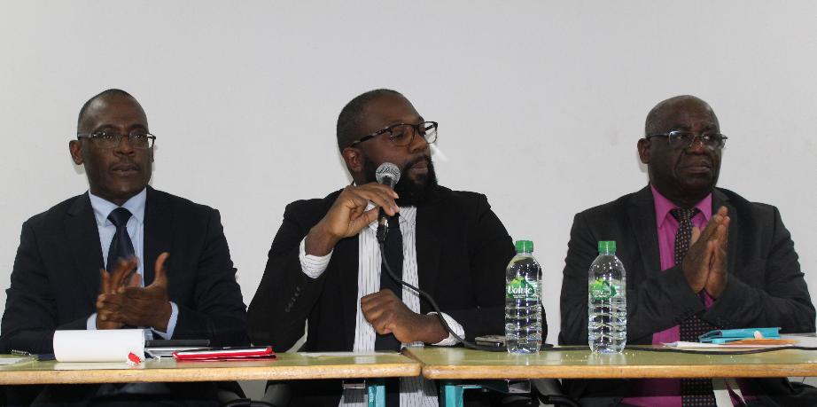 De gauche à droite: Alain Toussaint (journaliste politique, ancien conseiller de l'ex-président ivoirien Laurent Gbagbo et membre de URPANAF); Ery Djehouty, (superviseur de la conférence et membre de URPANAF); Nicolas Agbohou (docteur en Economie, écrivain)