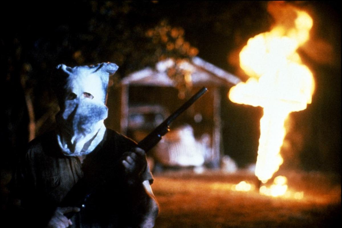 """Le Ku Klux Klan, symbole des violences fait auxafrodescendants à l'époque de la Ségrégation. Image du film """"Mississippi Burning"""" d'Alan Parker réalisé en 1988."""