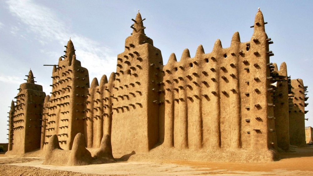 La Grande mosquée de Djenné est le plus grand édifice du monde construit en banco. Elle est inscrite depuis 1988 à la liste du patrimoine mondial de l'UNESCO.