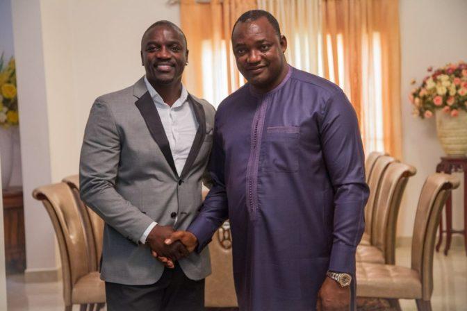 Akon apporte de l'électricité solaire en Gambie