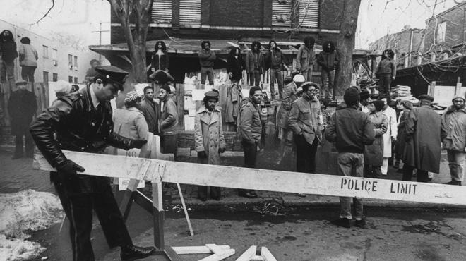 MOVE et la police pendant la confrontation de 1978 en dehors du siège de MOVE.