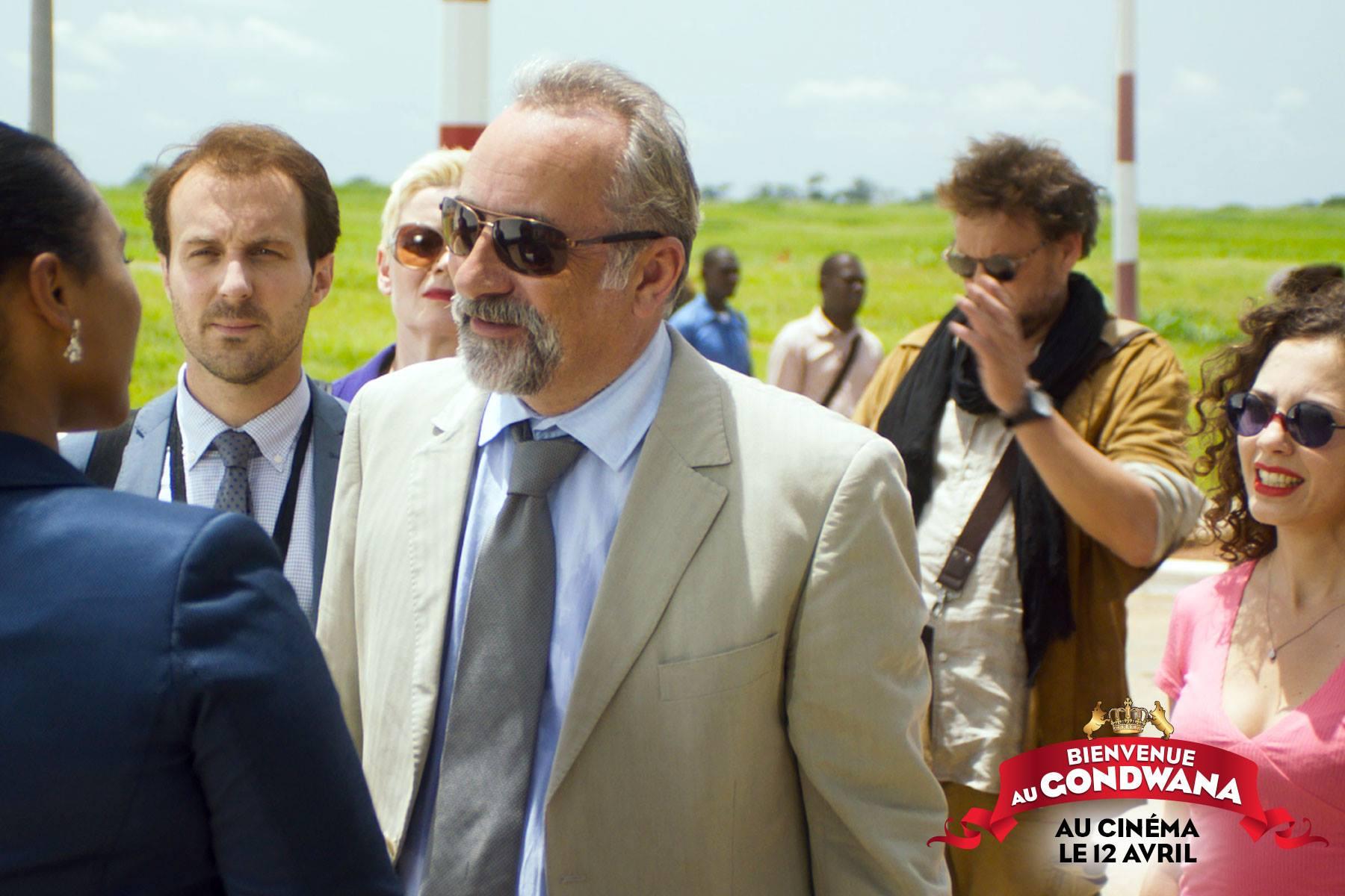 Antoine Duléry incarne Delaville, l'élu d'une petite bourgade française, désigné à la tête de la commission internationale pour els élections au Gondwana