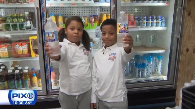 A sept ans, ces jumeaux créent une marque de bouteilles d'eau pour lutter contre la malbouffe