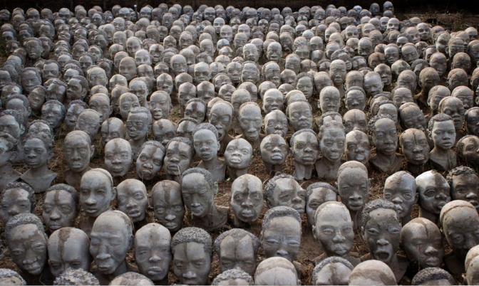Dans un fort négrier du Ghana, un artiste sculpte 1300 bustes en hommage aux victimes de la traite transatlantique
