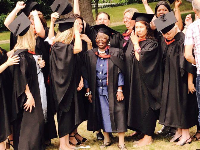 A 74 ans, cette grand-mère a été diplômée d'une université britannique
