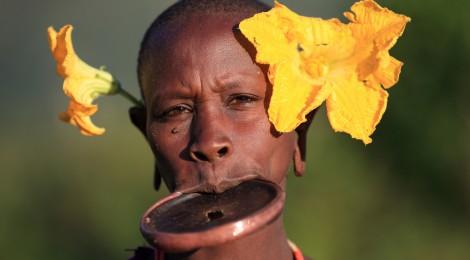 Surma, le groupe ethnique des femmes à plateau d'Ethiopie