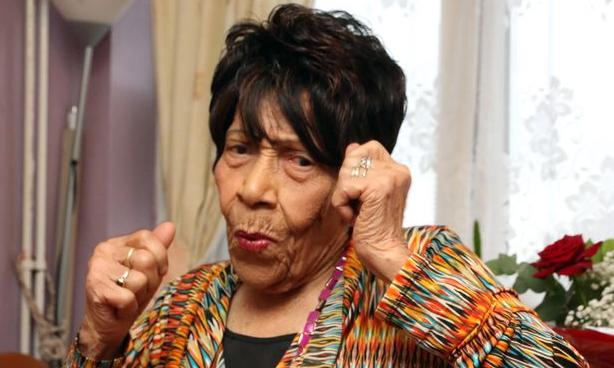 A 105 ans, cette arrière-arrière-grand-mère vient juste d'arrêter le kickboxing