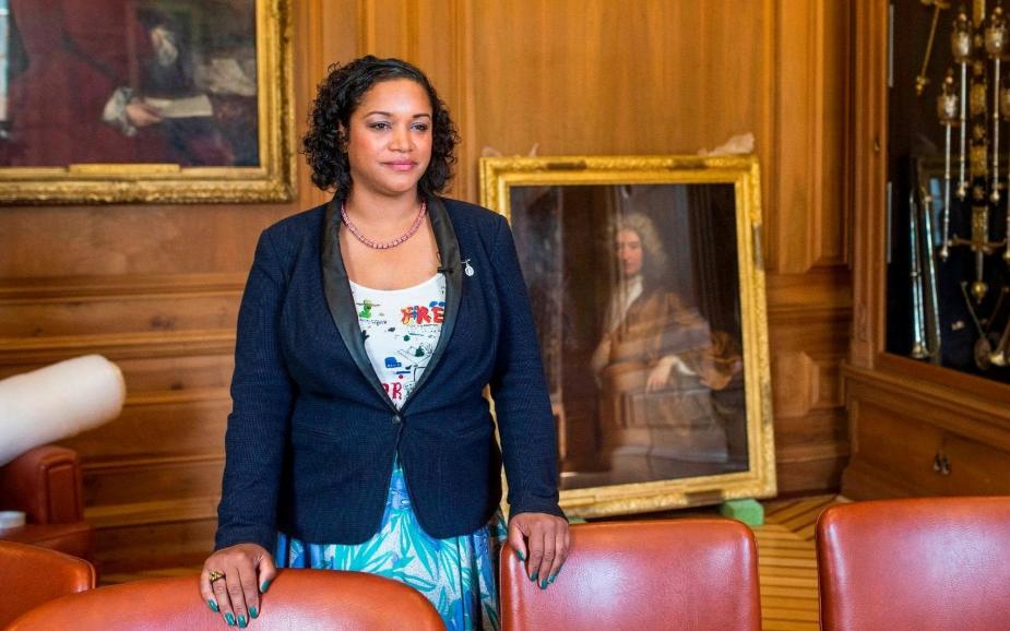 Une fois en poste, cette maire enlève le portrait d'un esclavagiste de son bureau