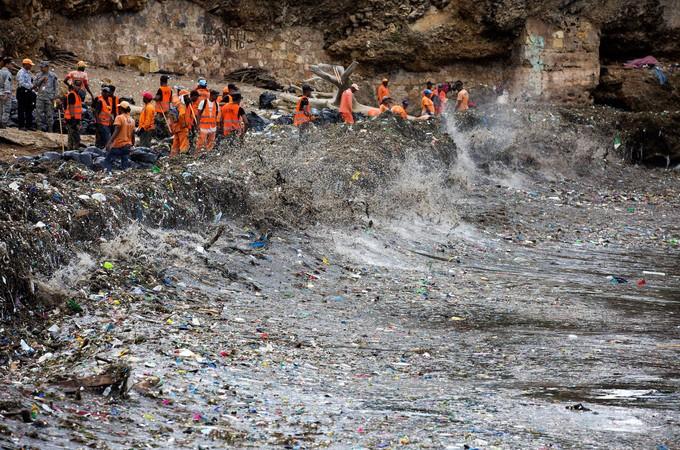 Les déchets plastiques submergent la plage de Saint-Domingue