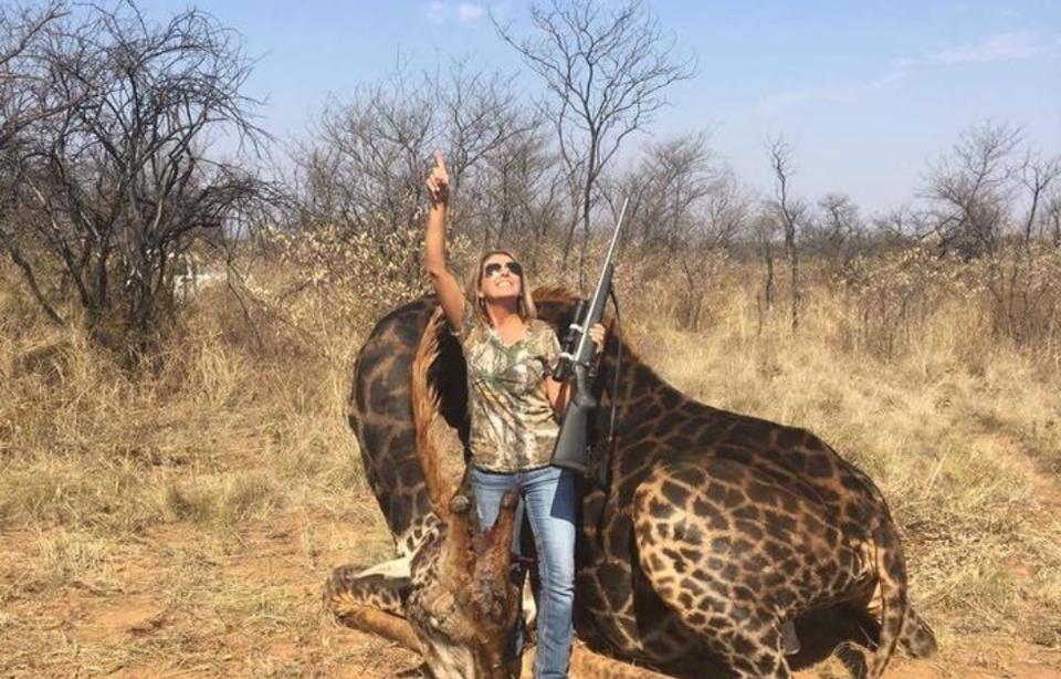 Tess Thompson tue une girafe noire en Afrique du Sud et exhibe son «trophée» sur les réseaux sociaux
