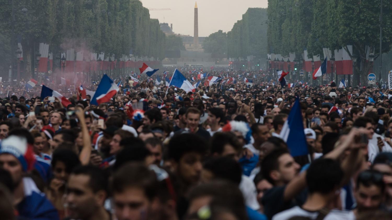 Des milliers de personnes se sont réunis dans les rues de Paris pour la finale de la Coupe du Monde
