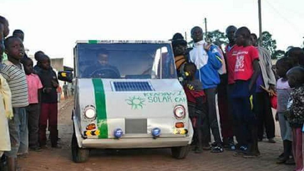 Un Kenyan a inventé une voiture solaire qui permet l'éclairage domestique