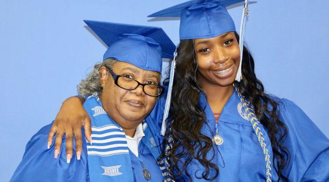 Une grand-mère et sa petite-fille diplômées lors de la même promotion