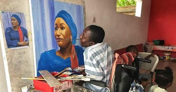 Paralysé des mains et des pieds, ce fabuleux artiste peint avec sa bouche