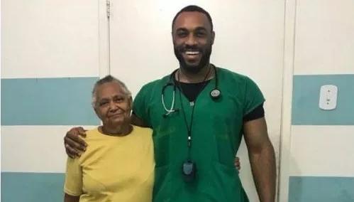A 74 ans, une Afro-Brésilienne est émue d'être traitée par un médecin noir pour la première fois