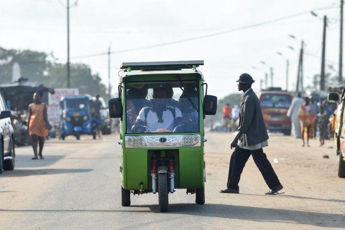 La Côte d'ivoire va remplacer des vieux taxis usagés par des véhicules solaires