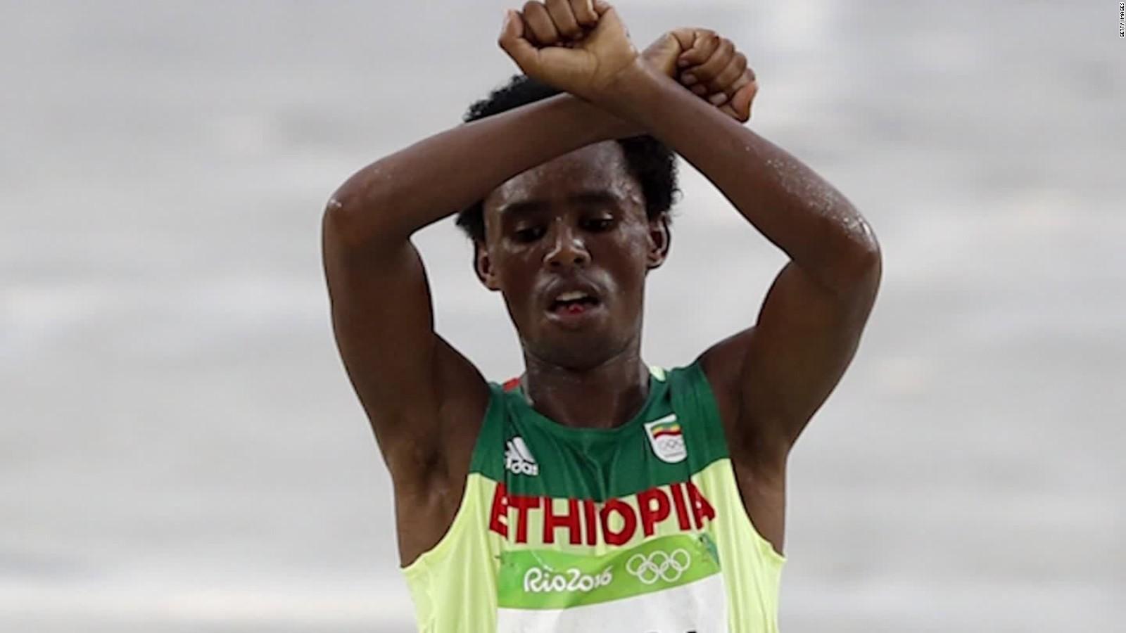 Le marathonien éthiopien Feyisa Lilesa est de retour d'exil