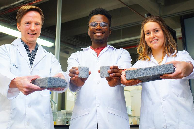 Des étudiants sud-africains créent des briques à partir d'urine humaine