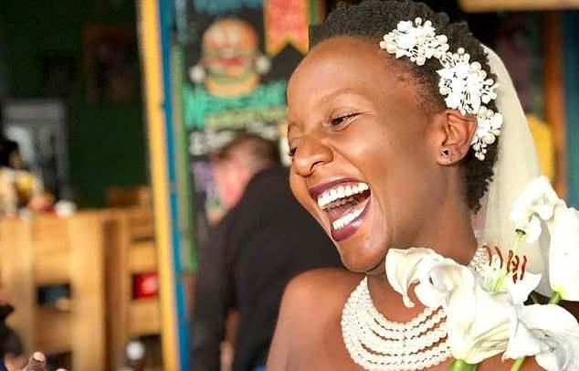 Fatiguée par la pression de ses parents, elle s'est mariée à elle-même