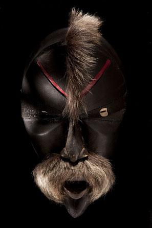 Les cent masques africains de l'artiste Alexandre Ganglo