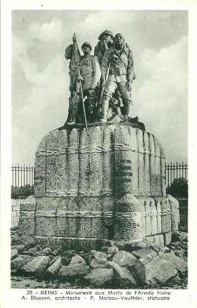 """Macron et IBK inaugurent le """"Monument aux Héros de l'Armée Noire"""""""
