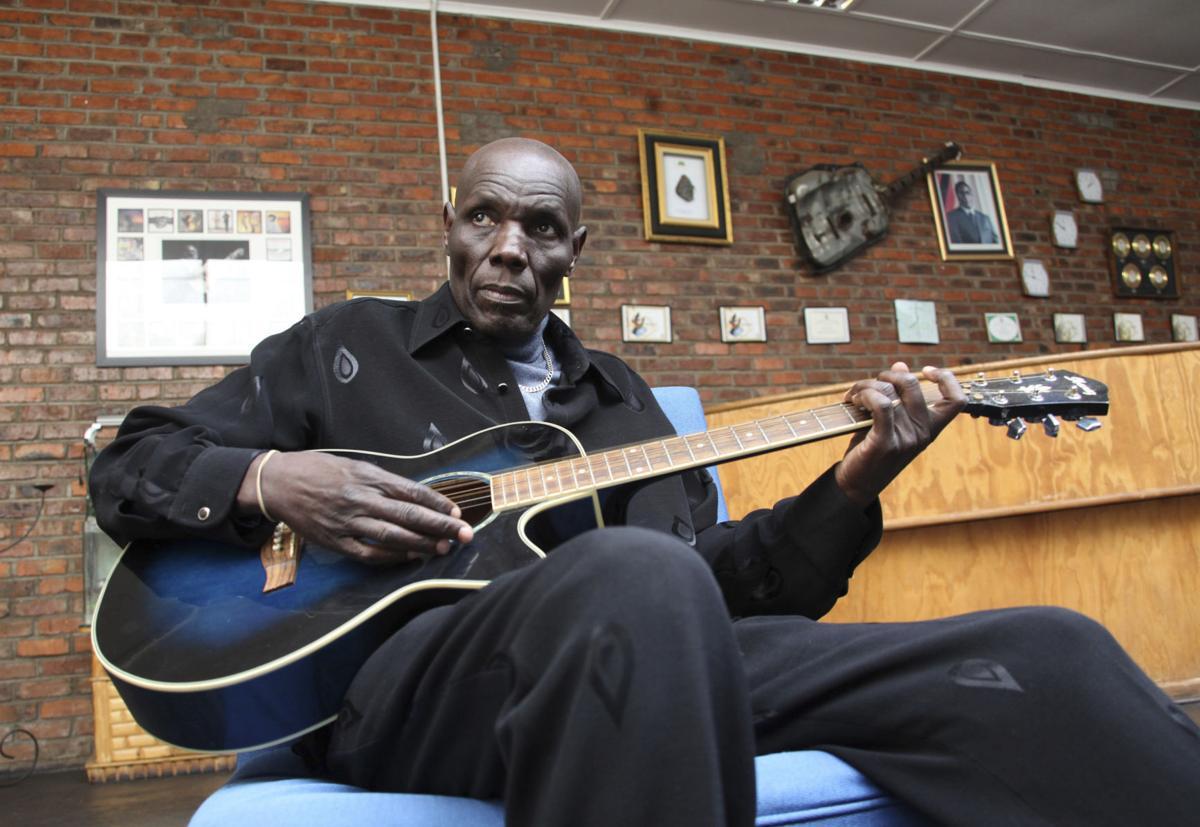 Hommage à Oliver «Tuku» Mtukudzi, la légende de l'afro-jazz