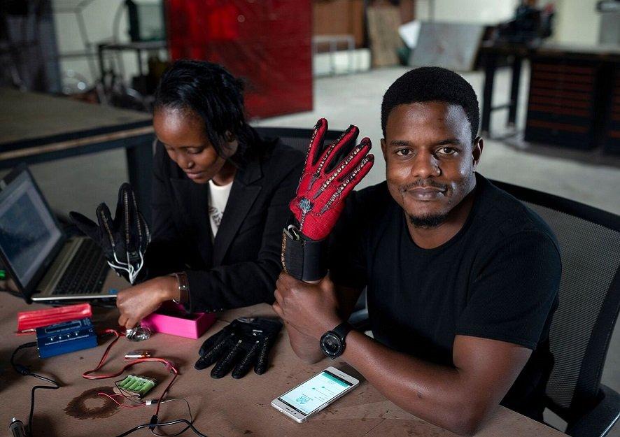 Il invente des gants qui traduisent les langues des signes en audio