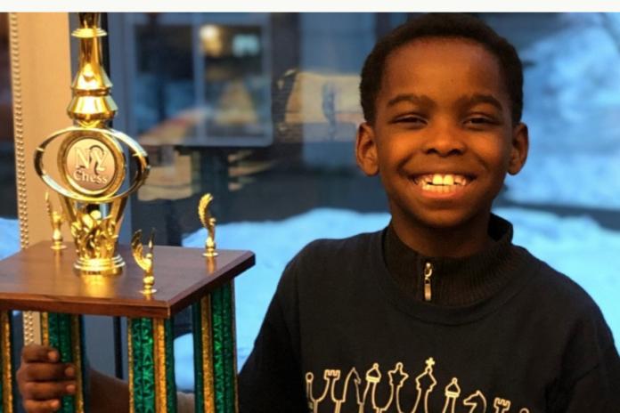 A 8 ans, ce réfugié et SDF a remporté un grand tournoi d'échecs
