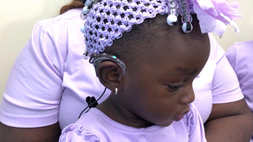 Une enfant sourde entend pour la première fois sa mère lui dire «Je t'aime»