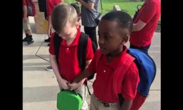 Un écolier réconforte son camarade autiste à la rentrée