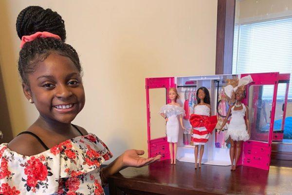A 9 ans, elle est designer de vêtements de poupées Barbie