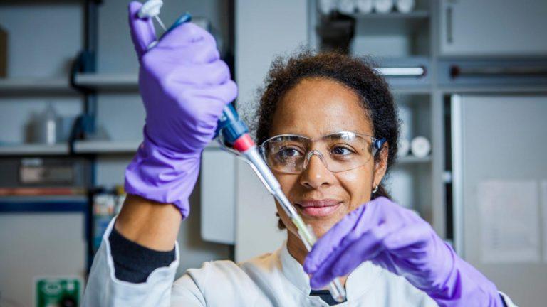 Elle mène la lutte pour un vaccin anti-Covid-19 en Allemagne