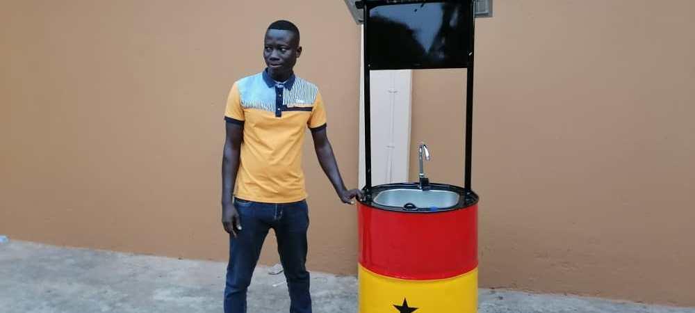 Il créé un évier à robinet automatique fonctionnant à l'énergie solaire