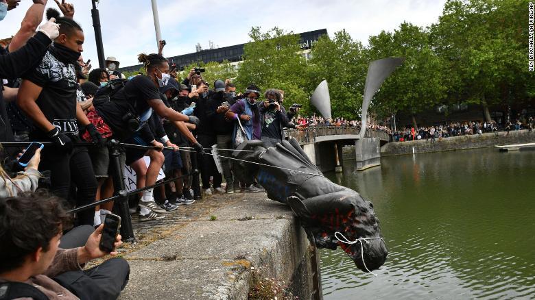 Angleterre: Des manifestants déboulonnent la statue d'un esclavagiste