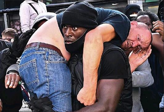 En pleine manifestation, ce Noir antiraciste a sauvé la vie d'un Blanc d'extrême droite