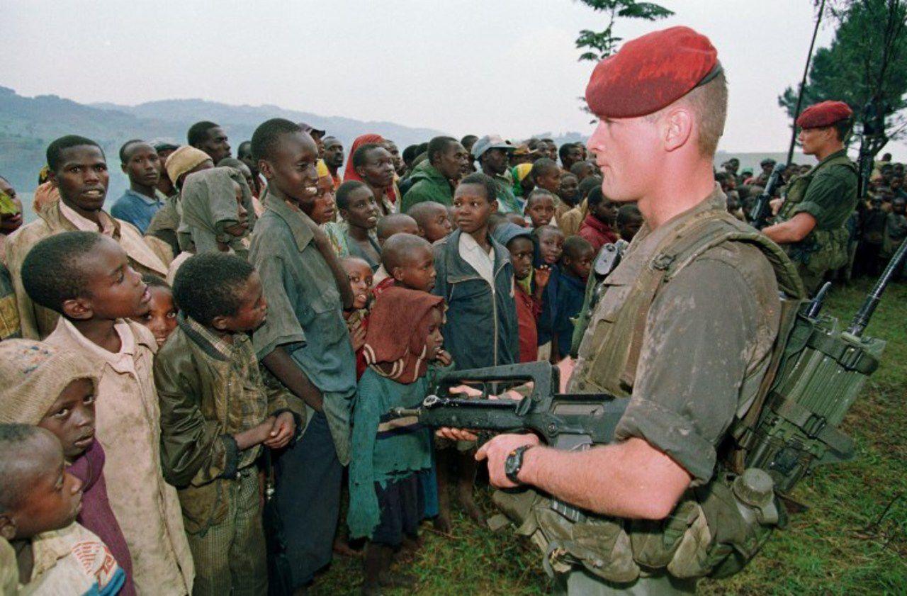 Deux soldats français chargés de protéger des réfugiés tutsis montent la garde, le 30 avril 1994, au camp de Niashishi.