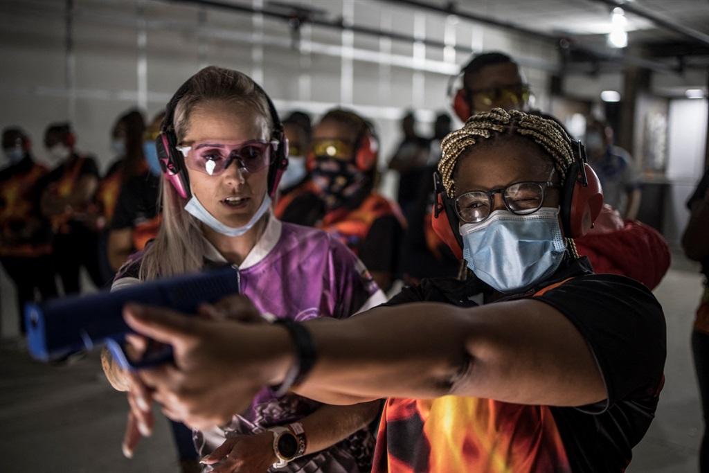 Lassées des violences, les sud africaines tirent à balles réelles